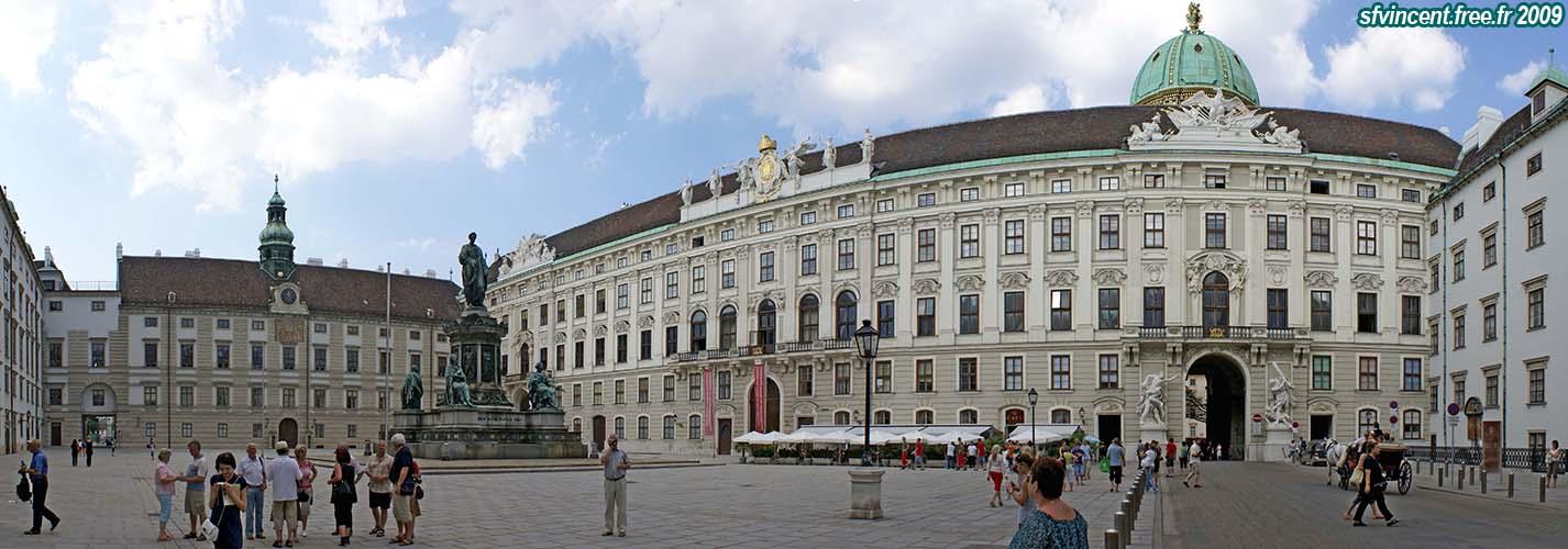 Ville de Vienne. Cour de la 'Hofburg' ('In der Burg'). Au centre, une ...
