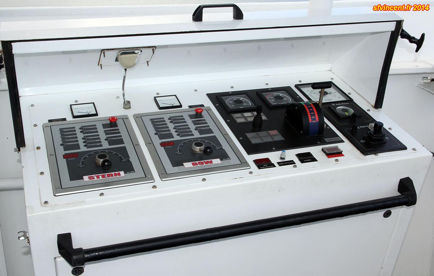 cargo porte conteneurs 39 samskip express 39 a l 39 extr mit de chaque aileron de la passerelle un. Black Bedroom Furniture Sets. Home Design Ideas