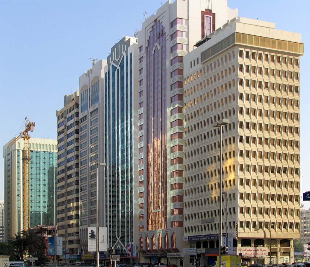 Abu dhabi l 39 architecture des immeubles est un m lange de for Image immeuble moderne